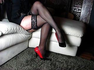Pernas perfeitas e saltos altos e sapatos e mulher do corpo
