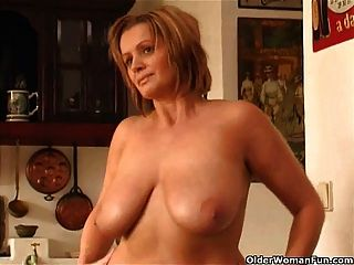 Chunky mulher madura com grandes mamas