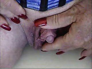 Quente granny acariciando seu clit muito grande!