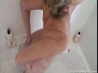Linda garota fica agradável e molhada e ensaboada no chuveiro