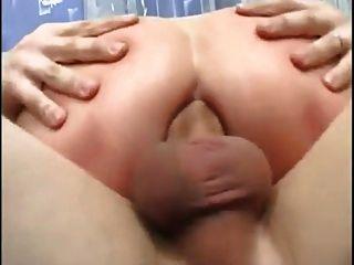 Mãe madura com pequenos seios flácidos e 2 caras