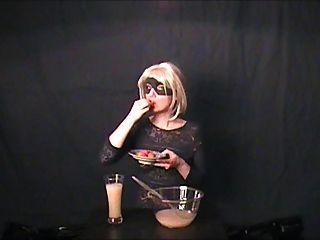 Gokkun amador bebe três copos de cum!