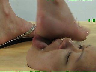 Rosto no chão pé adoração e rosto pisando