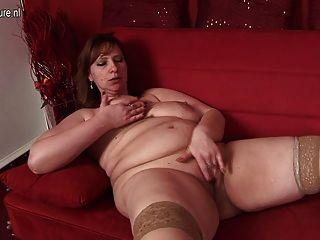 Mama grande adora se molhar em seu sofá