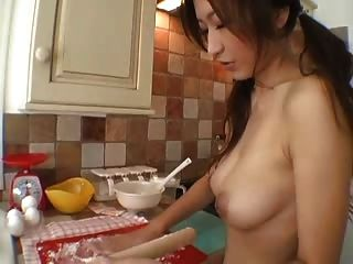 Garota peituda na cozinha