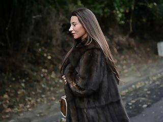Exibicionista: nu sob casaco de pele de luxo e garterbelt vintage