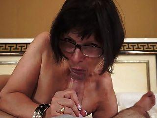 A avó quente ama galos novos