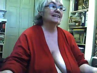 Tiras gordas gordas da avó e masturbates na câmara web