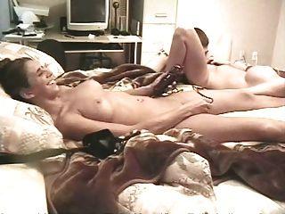 Garotas universitárias amadoras têm um threesome parte 1of 2 (mrno)