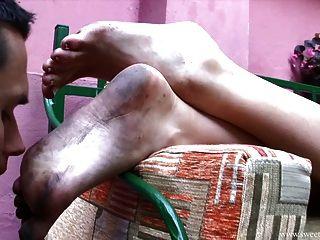 Lambendo os pés sujos de uma bela dama