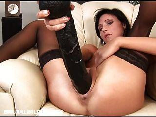 Paola enche sua arrebatar com um enorme dildo