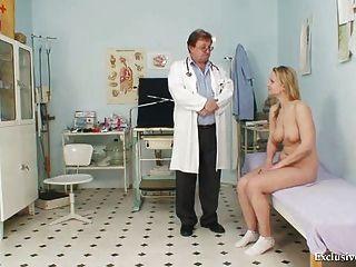 Zaneta tem seu espéculo gyno bichano examinado pelo velho médico