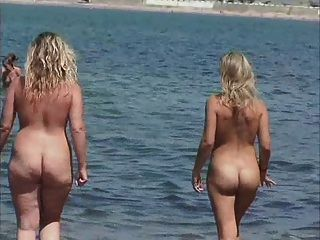 2 jovencitas de pezones duros na praia 2
