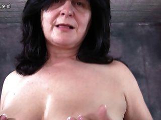 Mama gordinha brincando com seus peitos e buceta