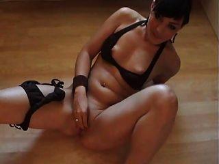 Masturbando-se ao orgasmo intenso com cubos de gelo