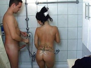 Garota da faculdade quente é fodida no chuveiro