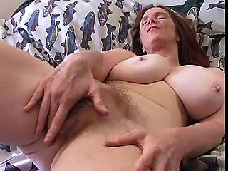 Milf peludo com grandes boobs solo