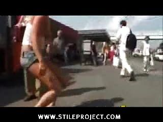 Menina nu em público chutou