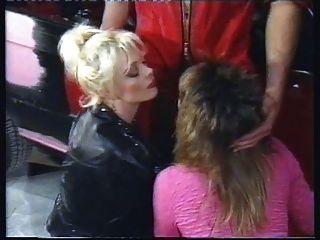Sandra nova e claudia erkner ordenhando galos