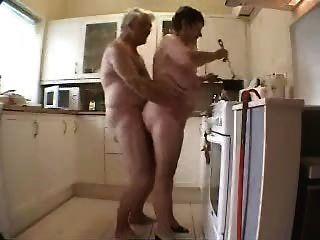 Avó e vovô se divertindo na cozinha