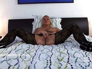 Menina com seios grandes faz seu fluxo de bichano obtém orgasmo
