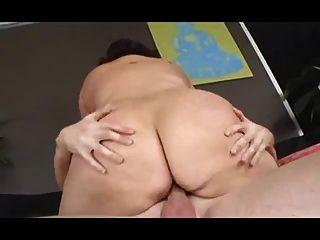 Cadela gorda com mamas flexíveis é fodida duramente