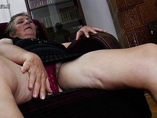 Velha avó fode duas lésbicas mais jovens