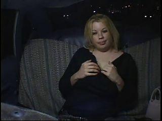 Menina gorda gorda gorda do partido que masturbating no táxi do táxi