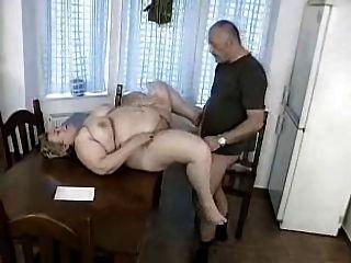 O homem obtem travado que agita fora pela avó do bbw