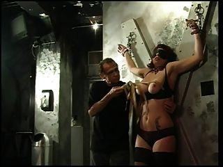 Big tits slut obtém seus mamas e mamilos espremido por seu mestre