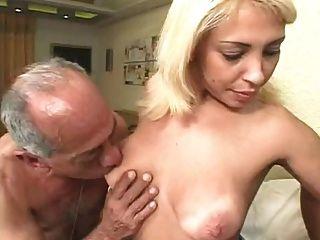 Homens velhos feios fodem uma loira