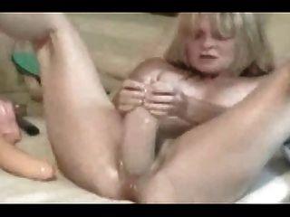 Wifey cums duro com enorme dildo