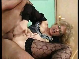 Sexy milf alemão fica fodido analmente