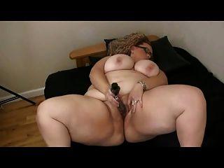 Bbw grande gordo com grandes mamas brincando com sua buceta molhada