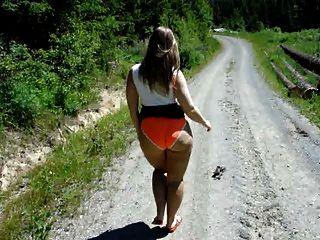 Sarah sai para um passeio para mostrar sua bunda