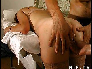 Garota ruiva francesa fica inserção anal em trio