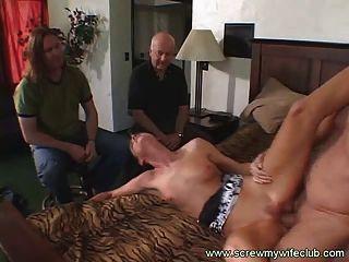 Marido assistiu sua esposa linda sugada um grande galo