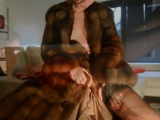 Masturbação em casaco de peles zibeline e nylons vintage cervin