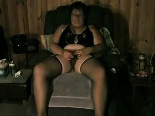 Velha senhora gosta de ser visto enquanto ela se masturba