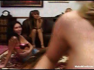 Grupo de meninas chupar um pau afortunado e compartilhar um cum 2
