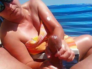 Handjob na praia com grande ejaculação por hot milf