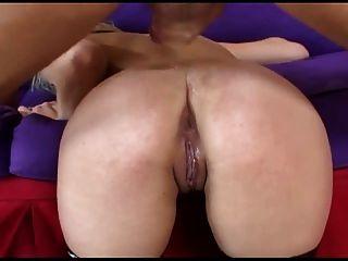 Loira tem sexo anal kinky em meias fishnet