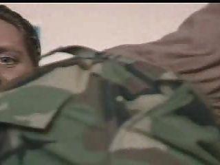 Oficiais militares sendo instruídos por seu comandante para chupar seu pau