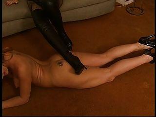 Lésbica fica nua e lambe botas de salto alto