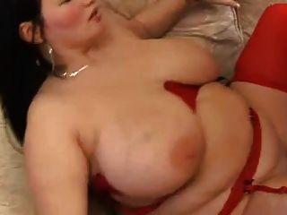 Morena gordinha com grandes mamas na meia vermelha