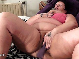 Mãe madura grande gosta de obter um orgasmo