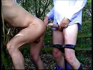 Mais chupando e fodendo na floresta