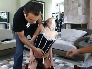Amante, empurrando seu escravo para bater 2 galos