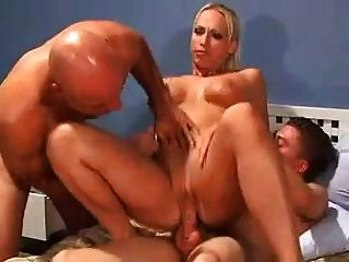 Sexy domme fode dois homens