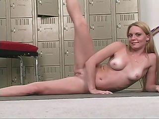 Sexy babe loira com seios agradáveis esfrega seu bichano rosa